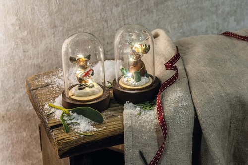 Hellum LED-Glasglocke mit Rentier sitzend 524635